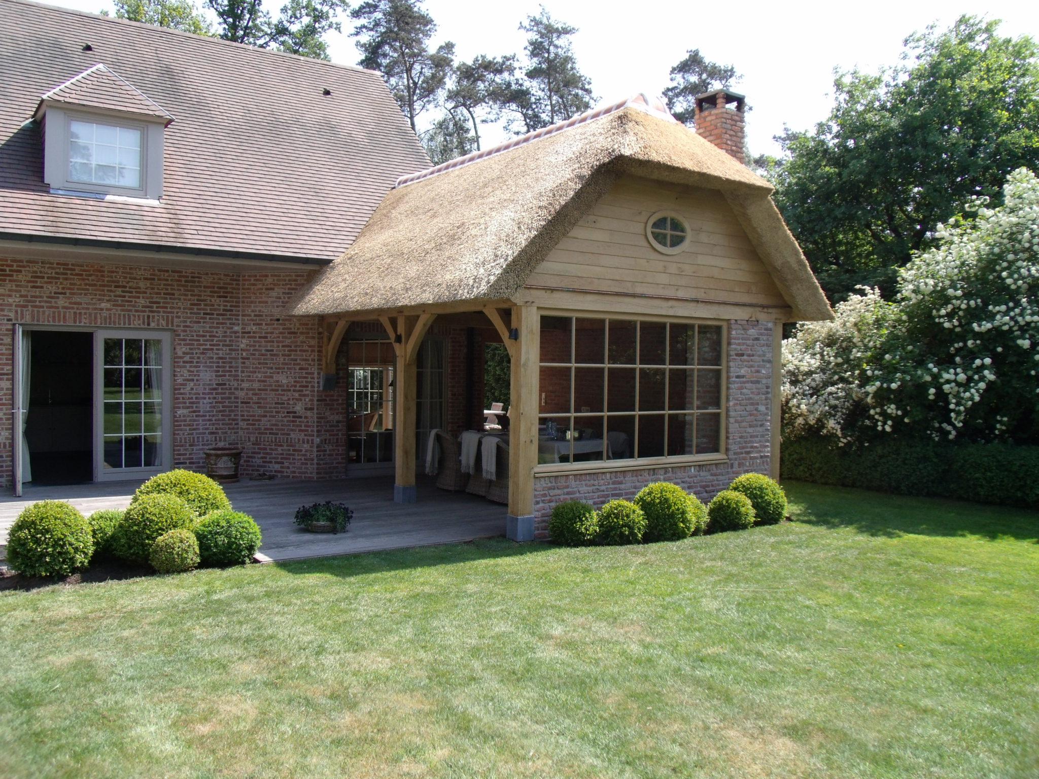 Poolhouse avec toiture en chaume